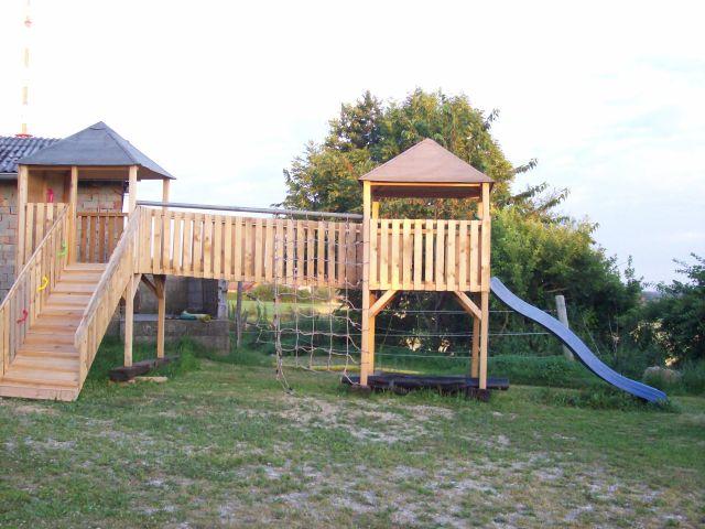 Unser neuer Spielplatz nimmt Form an. Der neue Spielturm ist fast fertig und die weiteren Planungen laufen.